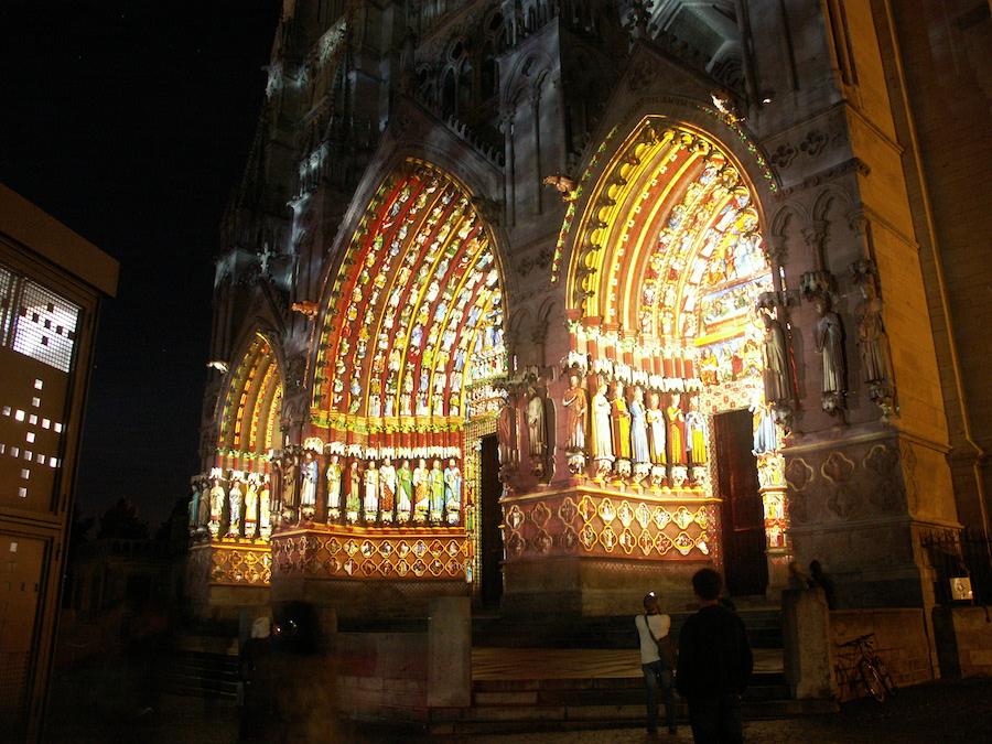 Porche de la cathédrale d'Amiens pendant le son et lumière