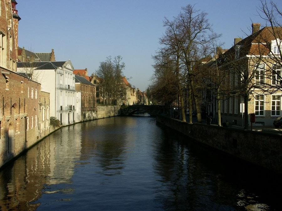 C'est une vue des canaux de Bruges prise à l'hiver 2005